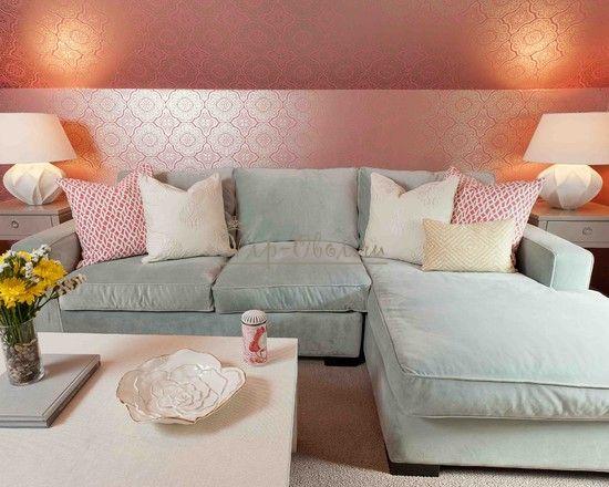 Розовые обои в интерьере гостиной